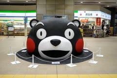 Kumamoto, Japan - Mei 9, 2017: Kumamon, zwarte draagt mascotte, hoofd in grote grootte die op de vloer van hoofdstation plaatsen stock afbeeldingen