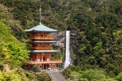 Kumano Nachi Taisha Shrine e Nachi nenhuma cachoeira de Taki em Wakayama imagens de stock