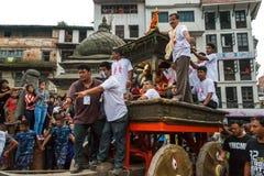 Kumari, или живя богиня, вытягиваны через толпу на внутри стоковые изображения rf