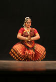 Kumari Sharanya effettua il ballo di Bharatanatyam   Immagini Stock