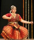 Kumari Sharanya effettua il ballo di Bharatanatyam   Fotografia Stock
