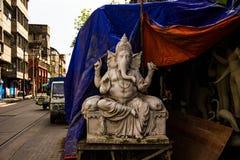 Kumartuli, Bengal ocidental, Índia, em julho de 2018 Uma argila e um feno fizeram o ídolo incompleto do senhor Ganesha sob a cons fotos de stock