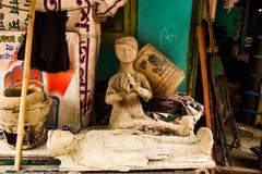 Kumartuli, West-Bengalen, India, Juli 2018 Een kleistandbeeld van een weduwe die over haar dode echtgenoot door haar kant in aanb stock afbeelding