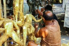 Kumartuli, Zachodni Bengalia, India, Lipiec 2018 Artysta pracuje na siano strukturze idol bogini Durga przy sklepem Durga puja je fotografia royalty free