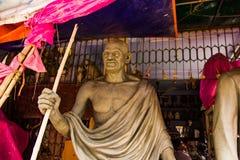Kumartuli, Zachodni Bengalia, India, Lipiec 2018 A był statuą w budowie przy sklepem mahatma gandhi mahatma gandhi bawić się kluc fotografia royalty free