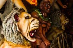 Kumartuli, Zachodni Bengalia, India, Lipiec 2018 Gliniany idol lwa i demonu mahishashura współpracownicy bogini Durga pod constru zdjęcia royalty free