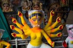 Kumartuli, Zachodni Bengalia, India, Lipiec 2018 Gliniany idol w budowie przy sklepem bogini Durga Durga puja jest oczekuję obraz stock