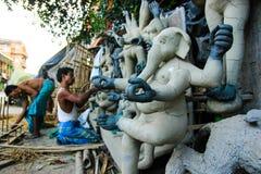 Kumartuli, Zachodni Bengalia, India, Lipiec 2018 Gliniany scuplture artysta pracuje na glinianym idolu bogini Durga przy sklepem  obrazy stock