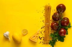 Kumato και συστατικά ντοματών για το μαγείρεμα των ζυμαρικών στο κίτρινο υπόβαθρο Έννοια των χορτοφάγων τροφίμων Επίπεδος βάλτε,  στοκ εικόνες