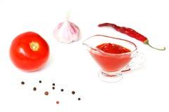 Kumberland, ketchup Składniki dla kulinarnego ketchupu na białym drewnianym tle Pomidor, pieprz, czosnek fotografia royalty free