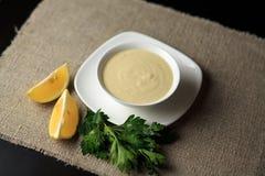 Kumberland w talerzu, majonez w talerzu, zrobił kumberlandowi, kumberland Caesar, cytryna, zielenie Zdjęcia Stock