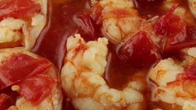 Kumberland z czereśniowymi pomidorami i krewetkami zdjęcie wideo