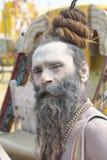 Kumbha Mela 2013 - Sadhu Offers Blessings en festival religioso foto de archivo