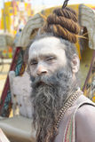 Kumbha Mela 2013 - Sadhu Offers Blessings i religiös festival arkivfoto