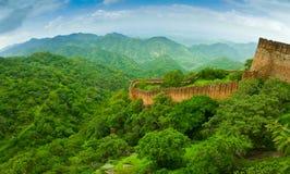 Kumbhalgarh堡垒墙壁全景 免版税库存照片