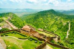 Kumbhalgarh堡垒墙壁和小山 免版税库存照片