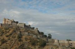 Kumbhalgarh堡垒如被看见从附近的村庄,印度 库存图片