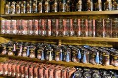 Kumluca, die Türkei - 20. Juni 2014 Bohnen- und gemahlenerkaffee auf Regal im Speicher Lizenzfreie Stockbilder