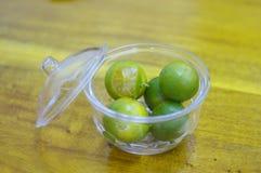 Kumquat (Citrusvruchtenmicrocarpa) in transparante kruik Royalty-vrije Stock Afbeelding