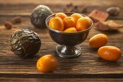 Kumquat, des agrumes exotiques Fermez-vous, style rustique photographie stock