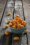 Kumquat su una tavola rustica di legno Fotografia Stock Libera da Diritti