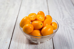 Kumquat in un piatto, kumquat arancio organici crudi, piccole arance CH Fotografie Stock