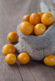Kumquat in un sacco della tela da imballaggio Immagini Stock