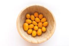 Kumquats of cumquats Citrusvruchtenjaponica die op witte achtergrond wordt ge?soleerd Een ronde kom van kumquat stock afbeeldingen