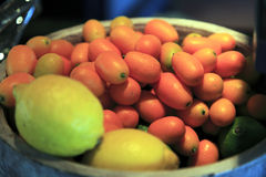kumquats en un cuenco Imagenes de archivo