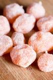 Kumquats secados en el tablero de madera en el azúcar Fotos de archivo libres de regalías