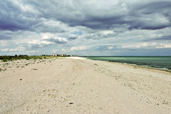 Kumuluswolken über Küste lizenzfreies stockbild