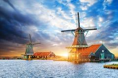 Kumuluswolken auf Sonnenuntergang über niederländischen Windmühlen in Rotterdam Neth Stockbilder