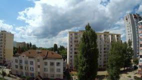Kumuluswolken, die über das Häuser timelapse schwimmen stock video