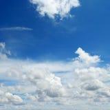 Kumuluswolken im blauen Himmel Stockbilder