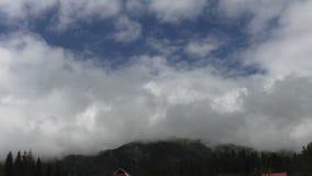 Kumuluswolkenbildung über den Bergen stock video footage