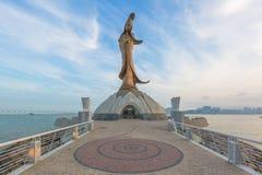Kun Im staty, Gloden staty av Guan Yin, gudinnan av förskoning i taoism, Macao, Kina arkivbild