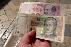 Kuna - kroatisk valuta i hand Sedel och 20 Kuna b för 10 Kuna Arkivbilder