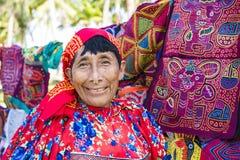 Kuna kvinna, Panama med arbeten för traditionell konst - Molas, Royaltyfri Bild