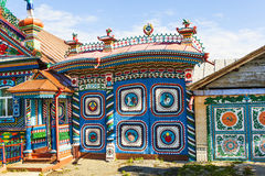 KUNARA,俄罗斯- 2016年6月15日:门铁匠Kirillov俄国日志小屋照片在Kunara村庄  图库摄影