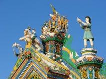 KUNARA,斯维尔德洛夫斯克地区,俄罗斯- 2011年11月8日:房子的三角形屋顶的装饰元素照片  库存照片