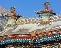 KUNARA,斯维尔德洛夫斯克地区,俄罗斯- 2011年11月8日:房子的三角形屋顶的装饰元素照片  免版税库存照片