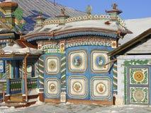 KUNARA,斯维尔德洛夫斯克地区,俄罗斯- 2011年11月8日:明亮,五颜六色的门照片  房子的细节 免版税库存照片