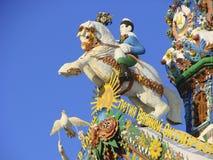 KUNARA, ОБЛАСТЬ СВЕРДЛОВСКА, РОССИЯ - 8-ое ноября 2011: Фото декоративных элементов крыши щипца дома Стоковые Изображения