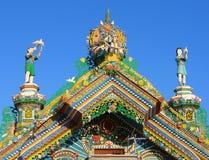 KUNARA, het GEBIED van SVERDLOVSK, RUSLAND - November 8, 2011: Foto van Decoratieve elementen van het geveltopdak van het huis Royalty-vrije Stock Fotografie