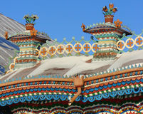 KUNARA, het GEBIED van SVERDLOVSK, RUSLAND - November 8, 2011: Foto van Decoratieve elementen van het geveltopdak van het huis Royalty-vrije Stock Foto's