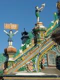 KUNARA, het GEBIED van SVERDLOVSK, RUSLAND - November 8, 2011: Foto van Decoratieve elementen van het geveltopdak van het huis Royalty-vrije Stock Afbeeldingen