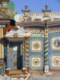 KUNARA, het GEBIED van SVERDLOVSK, RUSLAND - November 8, 2011: Foto van Heldere, kleurrijke poorten Detail van het huis Stock Afbeeldingen