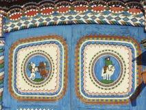 KUNARA, het GEBIED van SVERDLOVSK, RUSLAND - November 8, 2011: Foto van Heldere, kleurrijke poorten Detail van het huis Royalty-vrije Stock Foto