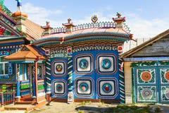 KUNARA, RÚSSIA - 15 DE JUNHO DE 2016: Foto da cabana do log de Kirillov Russian do ferreiro das portas na vila de Kunara Fotografia de Stock