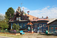 KUNARA, REGIÃO DE SVERDLOVSK, RÚSSIA - 15 DE JUNHO DE 2016: Foto da casa incomum, bonita na vila do russo Fotografia de Stock